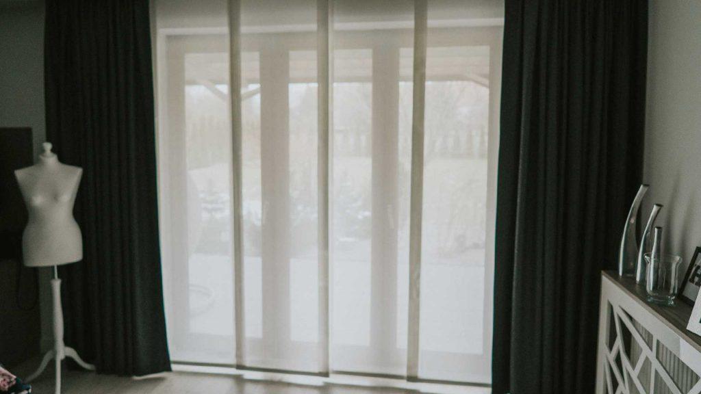 Białe, nowoczesne zasłony panelowe z firany