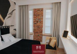 Okno w sypialni, czyli jak dobrać karnisze i zasłony do naszego mieszkania?