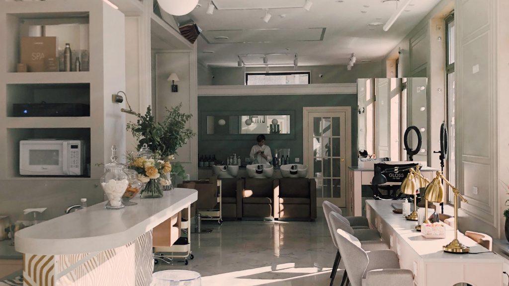 Okna w salonie bez firan styl glamour