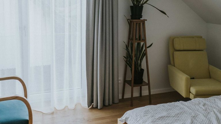 Przykładowa aranżacja małej sypialni w stylu loftowym