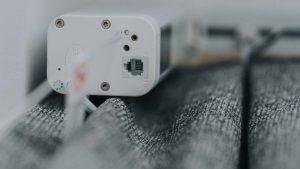 Widok od spodu kable zasilający karnisz elektryczny