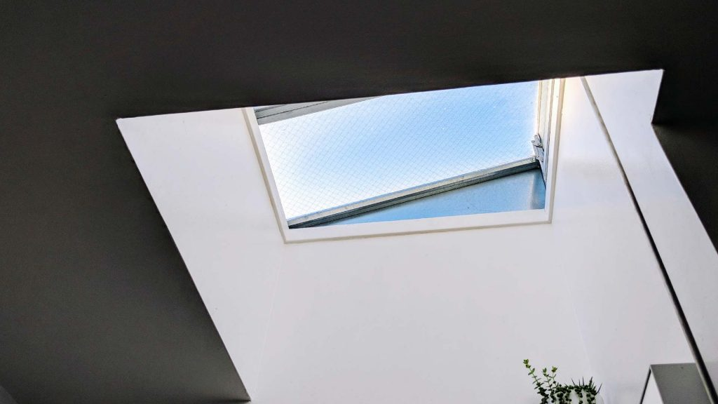 Jak udekorować okno dachowe? Czyli jakie dekoracje, tkaniny itd.