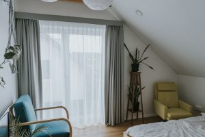 Zieline zasłoni i karnisz elektryczny w sypialni