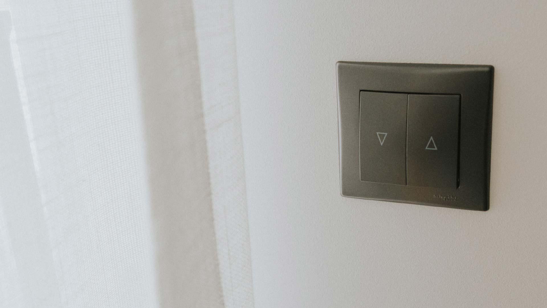 Gdzie można zamontować włączniki do karniszy elektrycznych?