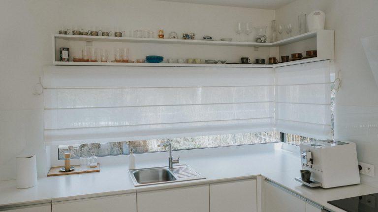 Białe roty rzymskie w kuchni w stylu nowoczesnym
