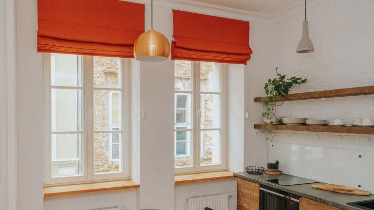 Czerwone rolety rzymskie w aranżacjach okien loftowej kuchni