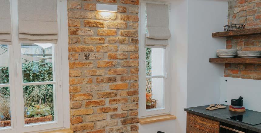 Szare rolety rzymskie w aranżacjach kuchennych okien