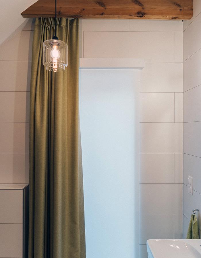 Biała rola zwijana i zasłona w loftowej łazience domu w poznaniu