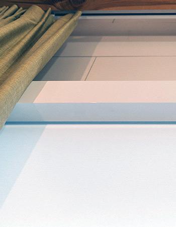 Biała kasta na rolety zwijane a także karnisz elektryczny i zasłona w łazience