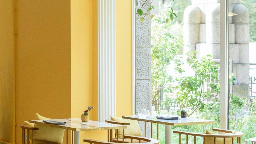 Pomieszczeni mające żółte ściany jaki zasłony do niego wybrać