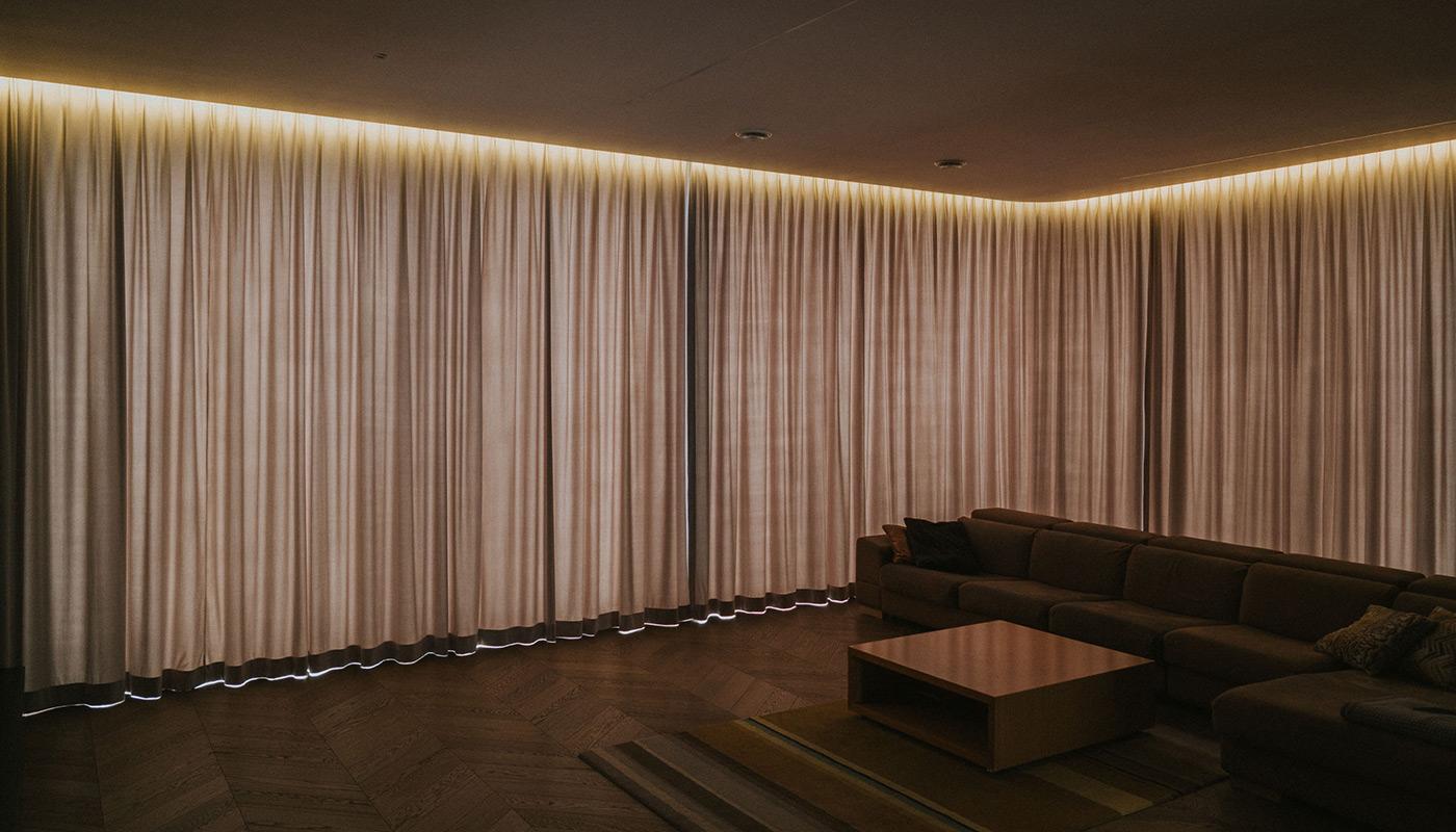 Zasłony na duże okna w salonie w stylu nowoczesnym