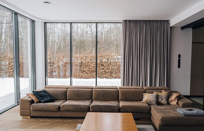 Welurowe zasłony na duże okna w nowoczesnym domu