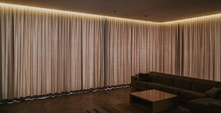 karnisze elektryczne w salonie, podświetlone