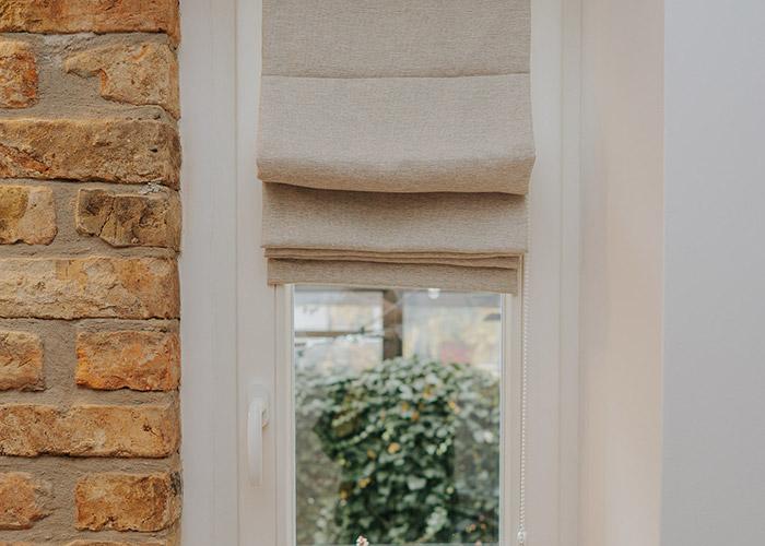 wąskie okno i roleta