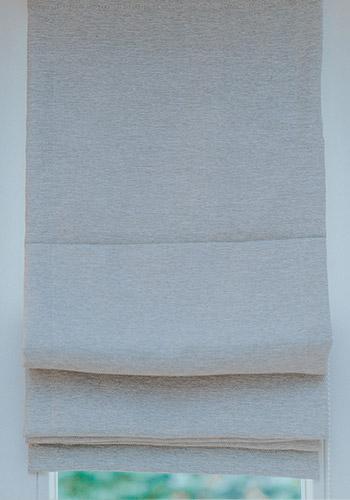 biała roletka okienna