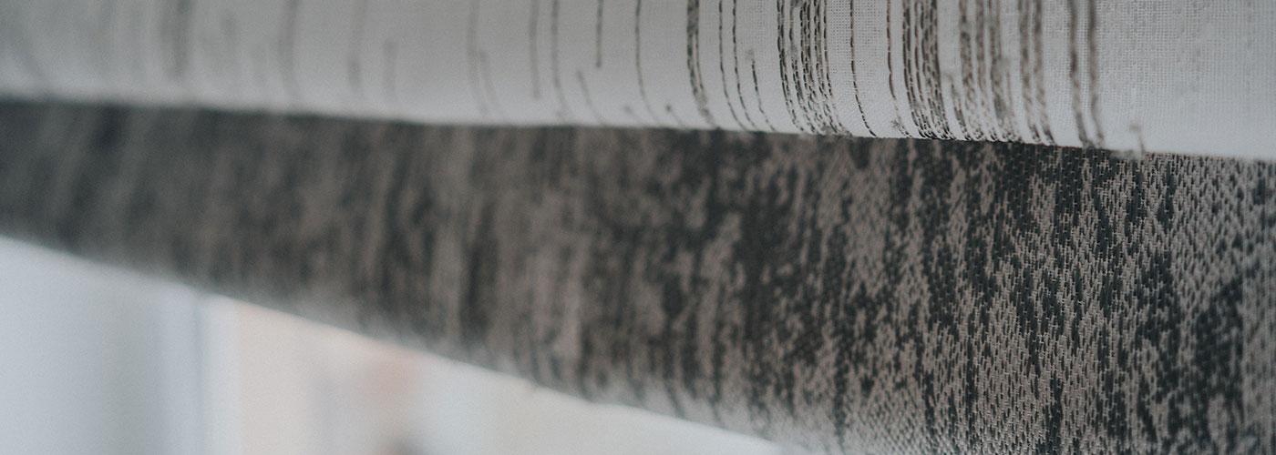 Roleta rzymska z tkaniny o splocie naturalnym pokazana z bliska