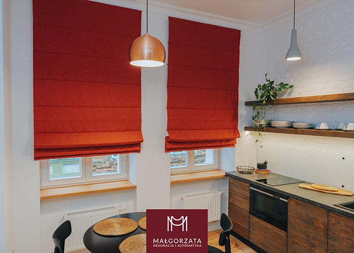 Czerwona roleta na oknie kuchennym, zdjęcie z Poznania