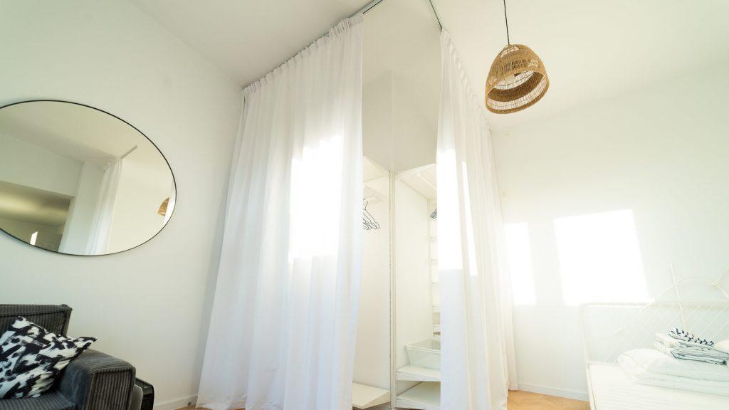 Zasłony zamiast drzwi do szafy. Czy to dobry pomysł?