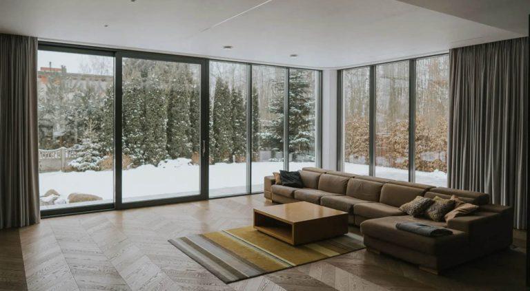 Modny salon z dużymi oknami
