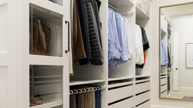 Biała szafa na ubrania i lustro