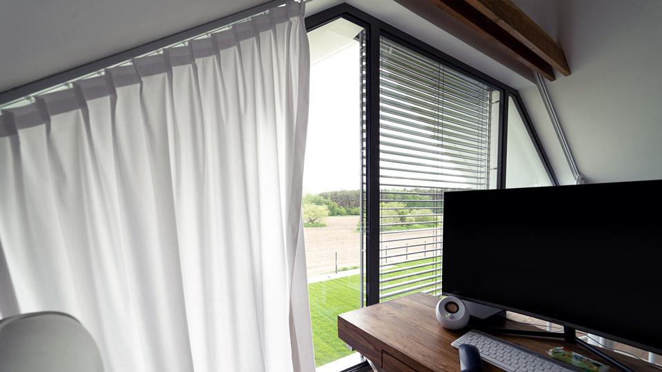 Okno trapezowe w domu typu stodoła
