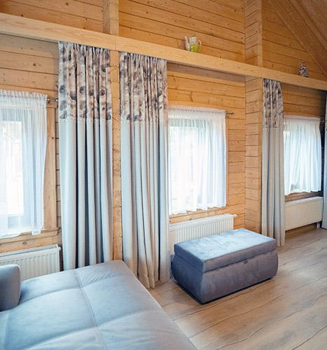 jasne zasłony akustyczne w dużym pomieszczeniu