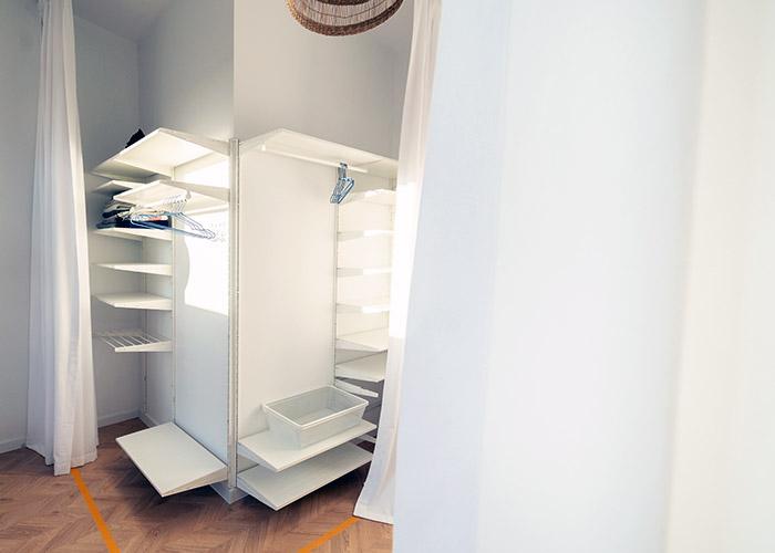 Wpadające zasłony do małej białej garderoby