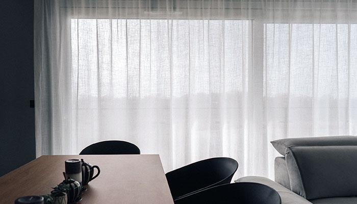 Zasłonięte okno balkonowe w nowoczesnej kuchni