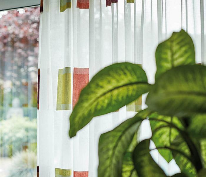 wzorzyste firanki na okno balkonowe