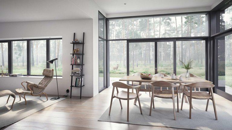 Duże okno trasowe w nowoczesnym domu w lesie