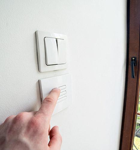 Wygodny miejsce na wyłącznik karniszy elektrycznych na wąskie okno