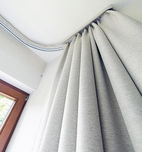 Specjalne zasłony na wąskie okno od spodu