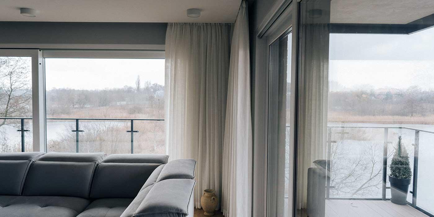 Firanki na okno balkonowe apartamentu w poznaniu