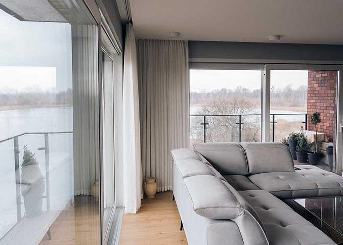 Białe firany linen look na okno balkonowe apartamentu