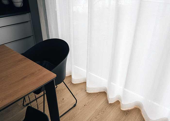 Firany linen look na okno tarasowe w apartamencie