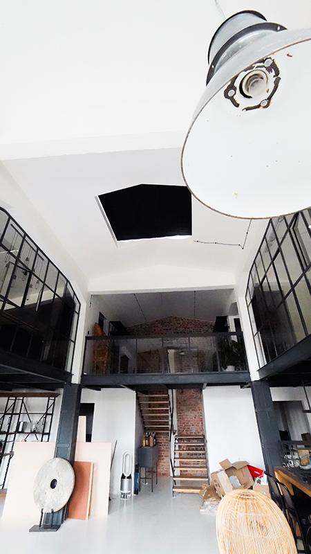 Zaciemniająca roleta na okno dachowe w loftowym apartamencie