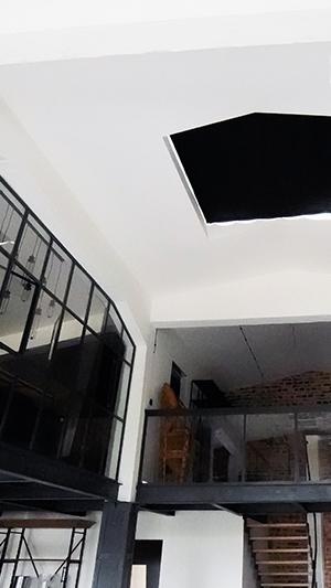 Czarna roleta na okno połaciowe
