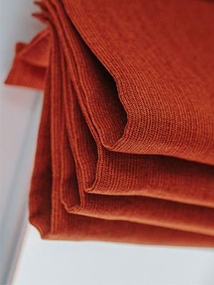 Fałdy tkaniny jakie tworzy manualna roleta rzymska dachowa