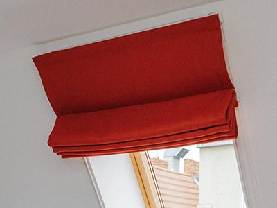 Podciągnięta roleta rzymska na okno dachowe