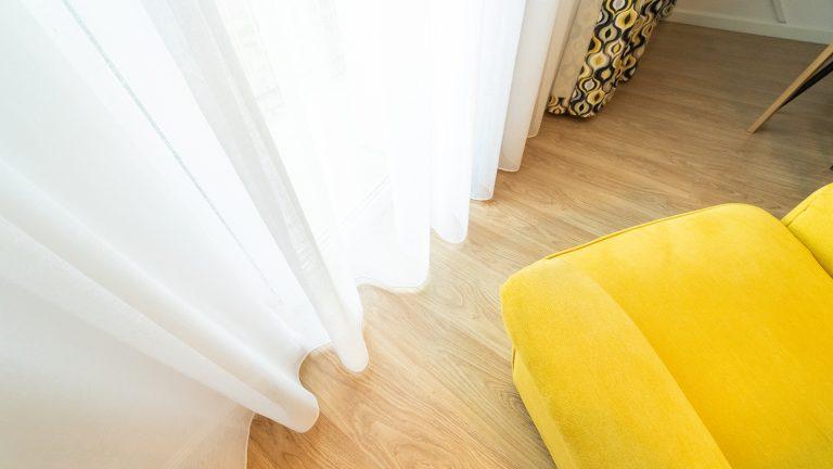 Delikatna firana okienna w domu w Poznaniu