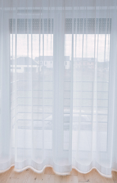 niemnące firanki bez prasowania na oknie balkonowym