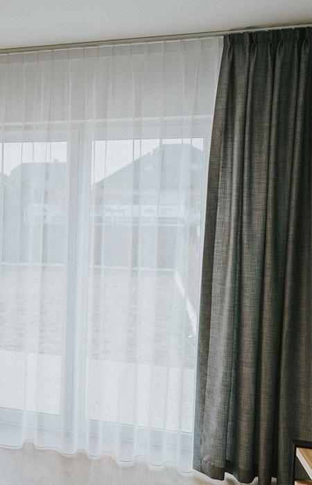 okno balkonowe, widoczne zasłony i firany