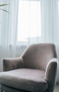 zbliżenie na fotel i firankę