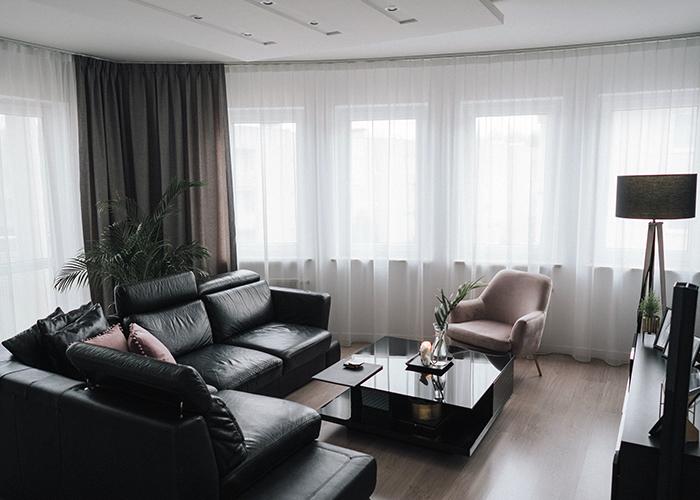 elegancki salon, w lewym roku widoczna zasłona okienna