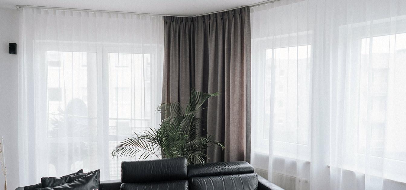 Narożne okno, widoczne białe firany