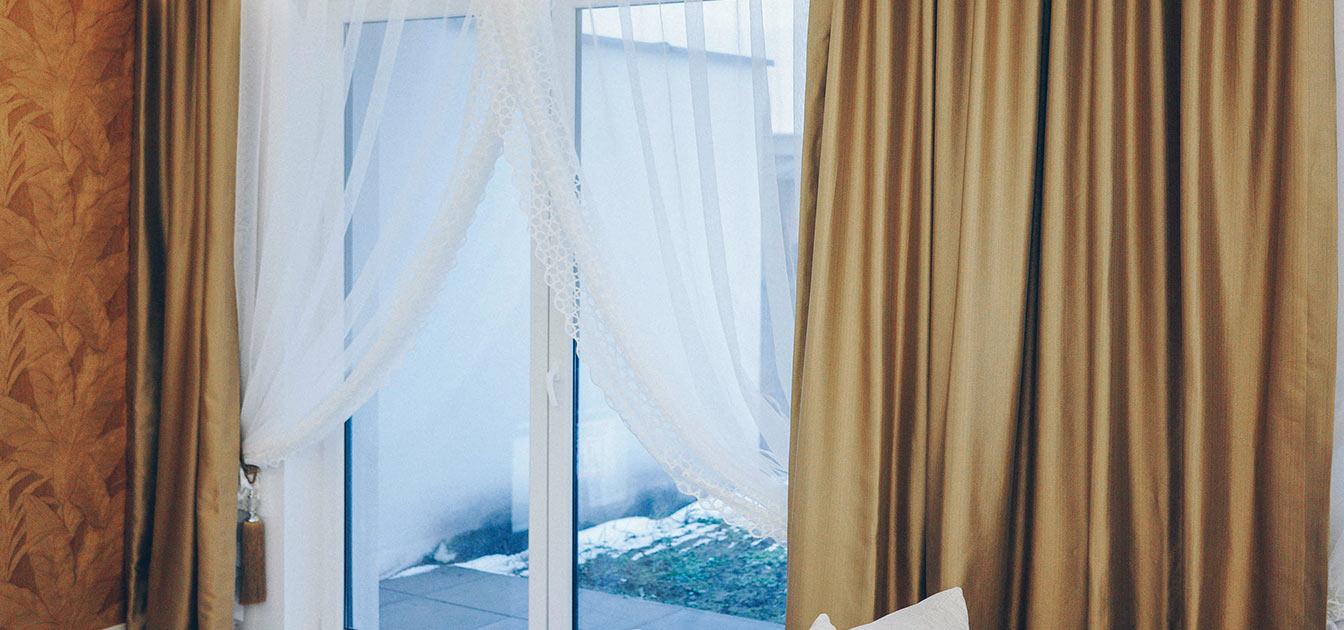 Eleganckie dekoracje okienne do sypialni