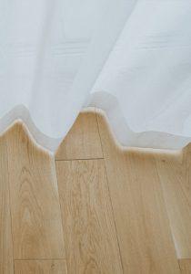 biała firana do podłogi