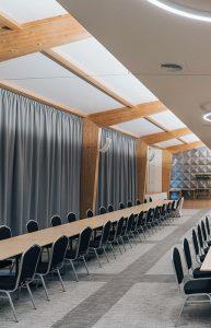 Sala konferencyjna, w tle dekoracje okienne