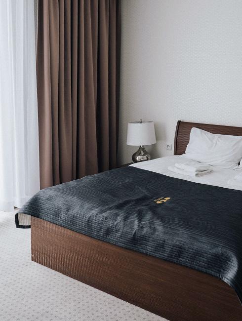 Sypialnia w hotelu, widoczne dekoracje okienne