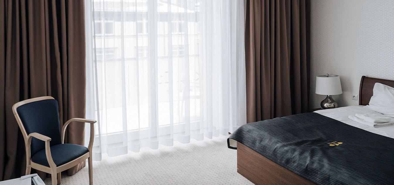 Dekoracje okienne w sypialni